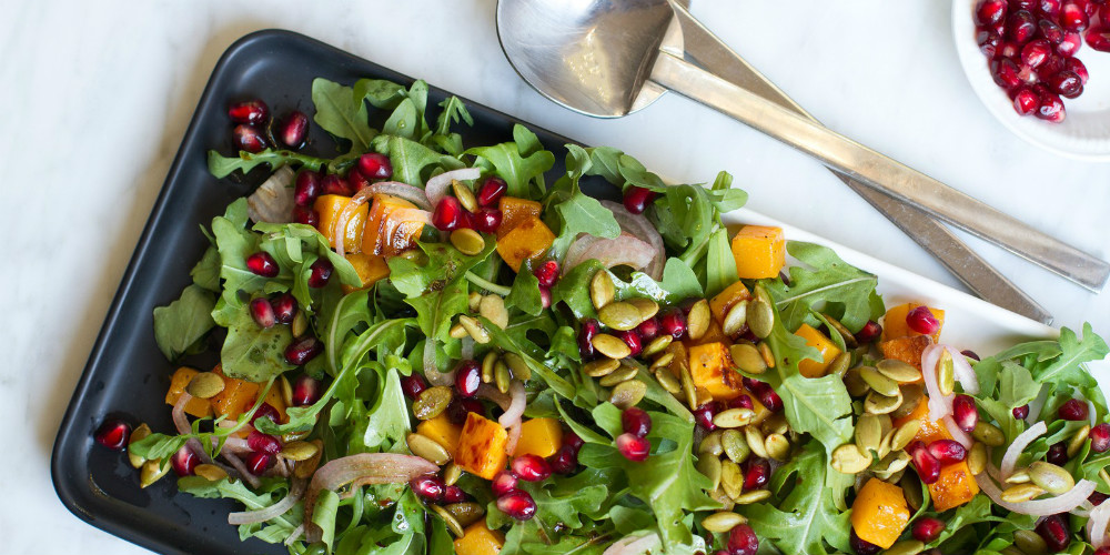 Egészséges recept: Zöldfűszeres saláta gránátalmával és pisztáciával
